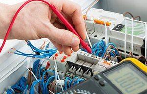 Электрик во время работы
