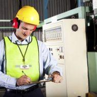 Работник солюдает правила безопасности