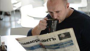 Мужчина читает Коммерсант