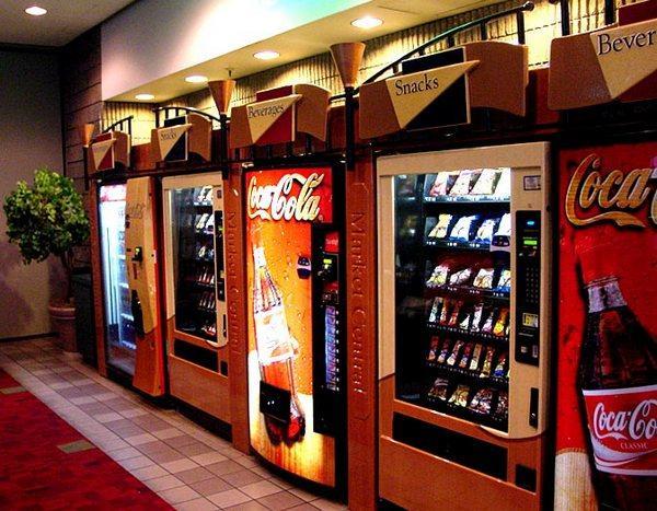 Автоматы с напитками в холле гостиницы