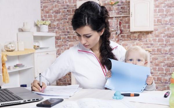 Работающая мама с ребенком