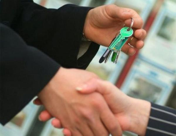 Риэлтор отдает ключи клиенту