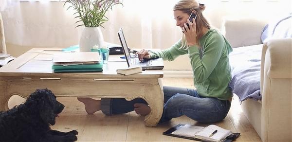 Женщина работает на дому