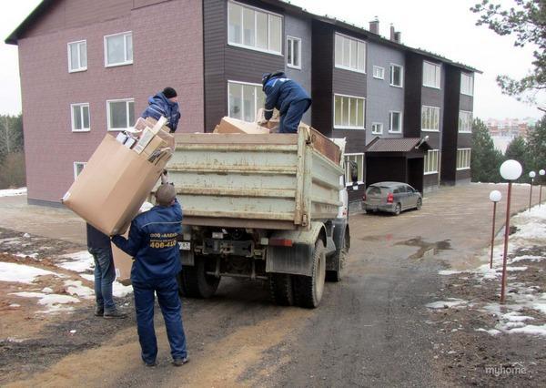 Сбор мусора около дома