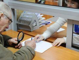 пенсионер получает пенсионное удостоверение