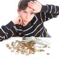 Мальчик подсчитывает деньги
