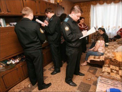 Представители органов власти в квартире