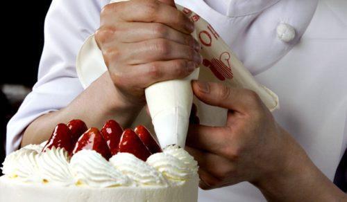 Кондитер делает торт