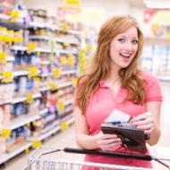 Мерчендайзер на работе в супермаркете