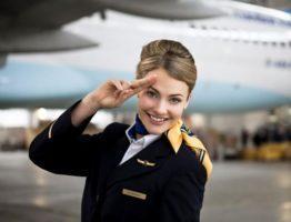 Стюардесса перед вылетом
