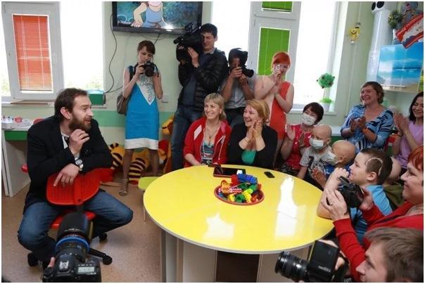 Константин Хабенский общается с детьми