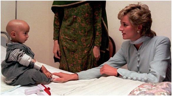 Принцесса Диана помогает ребенку