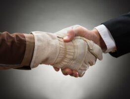 Рукопожатие с сотрудником